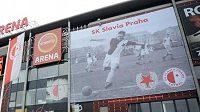 Na průčelí Synot Tip Arény v Praze 10 opět visí obří plakát s fotografií Josefa Bicana. Na podzim 2011 snímek legendárního kanonýra zmizel. Slavia ji musela odstranit na žádost Bicanovy manželky a syna, kterým se nelíbilo vedení červenobílých.