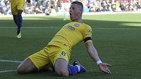 Záložník Chelsea Ross Barkley slaví gól do sítě Burnley. Ke střelci přibíhá spoluhráč N´Golo Kanté.