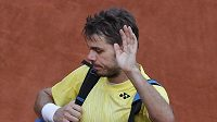 Zklamaný Švýcar Stanislas Wawrinka oupuští kurt po vyřazení v prvním kole French Open.