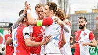 Fotbalisté Slavie se radují z vedoucího gólu proti Bohemians.