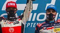 Zleva Aliyyah Kolocová a Téo Calvet na pódiu v Le Mans.