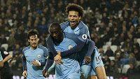 Yaya Touré (42) a Leroy Sané (19) z Manchesteru City se radují po jedné z branek proti West Hamu.