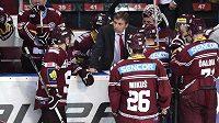 Trenér hokejistů Sparty Josef Jandač udílí pokyny svým svěřencům.