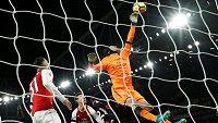 Čechova riskantní smeč pobavila Anglii. Fanoušci Arsenalu i spoluhráči zatrnuli, brankář měl ale štěstí a trefil vlastní břevno...