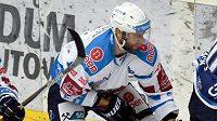 Hokejový útočník Chomutova Vladimír Růžička mladší (vlevo) a David Stach z Plzně.