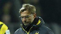 Trenér Dortmundu Jürgen Klopp opouští scénu po prohře s Augsburgem.