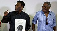 Fotbalový král Pelé se topí v slzách. Zemřel jeho oblíbený spoluhráč Coutinho (vpravo), vlastním jménem Antonio Wilson Vieira Honório.