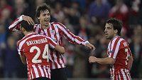 Radost fotbalistů Bilbaa - zleva Mikel Balenziaga, Ander Iturraspe a Benat Etxebarria.