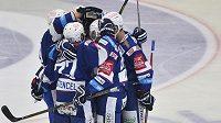 Hráči Komety se radují v Plzni z gólu.
