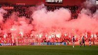 Fanoušci Slavie během utkání s Plzní.