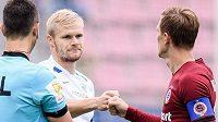Kapitán Slovanu Liberec Jan Mikula a Bořek Dočkal ze Sparty Praha se zdraví před ligovým utkáním ve skupině o titul.