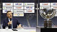 Zleva šéf představenstva Škody Auto Bernhard Maier a prezident Mezinárodní hokejové federace (IIHF) René Fasel.