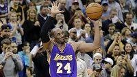 Opora Los Angeles Lakers Kobe Bryant si užívá ovace diváků.