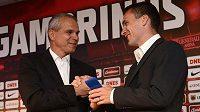 Tu máš pásku! Nový kapitán Sparty David Lafata (vpravo) je volbou trenéra Vítězslava Lavičky.