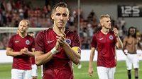 Zklamaní fotbalisté Sparty v čele s kapitánem Josefem Šuralem děkují fanouškům.