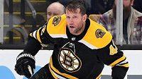 Pokud by byly návrhy změn pravidel odsouhlaseny, nejen útočník Bostonu David Backes už by se v zápasech NHL nemohl prohánět na ledě bez helmy.