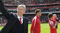 Tomáš Rosický vzal o víkendu svého synka Tomáška poprvé na fotbal. Představil ho fanouškům Arsenalu přímo na trávníku při zápase s West Bromwichem.