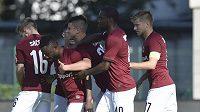 Hráči Sparty se radují z gólu ve Zlíně.
