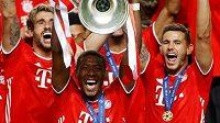 Fotbalisté Bayernu Mnichov se radují ze zisku trofeje pro vítěze Ligy mistrů po loňském finále s Paris St. Germain v Lisabonu.