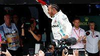 Nadšení fanoušci gratulují domácí hvězdy Lewisi Hamiltonovi