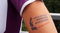 Tohle tetování je nalepovací, doživotní startovné zdarma vám zajistí až to trvalé.