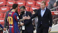 Kouč Barcelony Ronald Koeman (vpravo) a Lionel Messi po prohraném zápase v El Clásicu