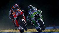 Španělský motocyklista Marc Marquez (vlevo) a Karel Abraham na trati v Jerezu.