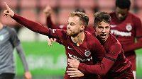 Fotbalista Sparty Martin Hašek slavé gól na hřišti Příbrami, oslavuje s ním spoluhráč Hložek.