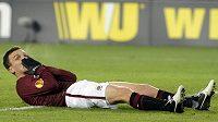 Sparťan David Lafata zpytuje svědomí po neproměněné šanci proti Chelsea.