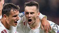 Aleš Matějů a Jakub Pešek oslavují gól na 1:1 během utkání s Walesem.