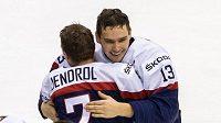 Dominik Jendroľ se raduje se spoluhráčem Radovanem Bondrou z bronzu, který slovenští hokejisté získali v roce 2015 na juniorském MS.