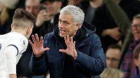 Trenér Tottenhamu Hotspur José Mourinho uděluje pokyny svým svěřencům během 25. kola Premier League proti Manchesteru City
