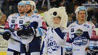 Brněnští hokejisté děkují divákům po konci utkání s Olomoucí.