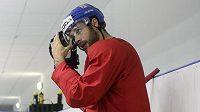 Útočník české hokejové reprezentace Michal Vondrka odpočívá na střídačce po pátečním tréninku v dějišti mistrovství světa v Minsku