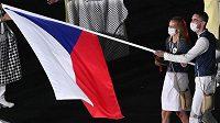 Čeští vlajkonoši, tenistka Petra Kvitová a basketbalista Tomáš Satoranský, během slavnostního zahájení.