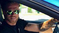 Tomáš Kalas za volantem silného vozu. Fotbalista netají, že automobilový průmysl by ho po skončení kariéry velmi lákal...