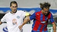 Plzeňský Petr Jiráček (vpravo) uniká s míčem dvojici hráčů Pjuniku Jerevan.