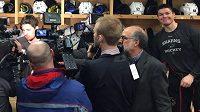 Rozesmátý útočník San Jose Tomáš Hertl během rozhovoru novinářů s jeho spoluhráčem Loganem Couturem.