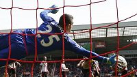Brankář Sunderlandu Vito Mannone brilantním zákrokem zabraňuje gólu po střele Sáncheze