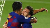 Luis Suaréz (vlevo) v objetí s Lionelem Messim poté, co proměnil penaltu