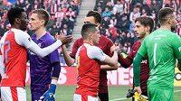 Fotbalisté Slavie a Sparty se zdraví před derby.