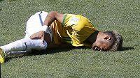 Momentka z osmifinálového duelu Brazilců s Chile. Neymar leží s bolestivou grimasou na trávníku.