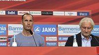 Zleva manažer Leverkusenu Michael Schade, nový kouč Heiko Herrlich a sportovní ředitel Rudi Völler.
