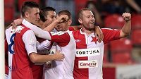 Fotbalisté Slavie Praha oslavují třetí gól proti Liberci.