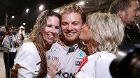 Nico Rosberg slaví titul se svou matkou (vpravo) a ženou (vlevo).