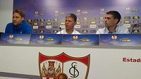 Liberecký kouč Jaroslav Šilhavý (uprostřed), kapitán týmu Radoslav Kováč (vlevo) a mluvčí Jan Seifert na tiskové konferenci v Seville.