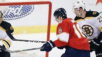 Reilly Smith z Floridy (v červeném) bojuje před brankou Bostonu.
