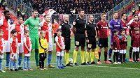 Nástup rivalů před březnovým derby Slavia - Sparta v Edenu.