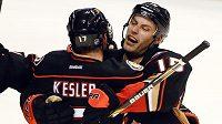 Ryan Getzlaf (vpravo) z Anaheimu se stal prosincovou hvězdou NHL.