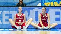 Zleva Petra Kulichová, Kateřina Elhotová a Karolína Elhotová po prohraném utkání s Ukrajinou.